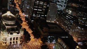 Milhares de pessoas no centro do Rio. Fonte: aviacaocivilemilitar.wordpress.com